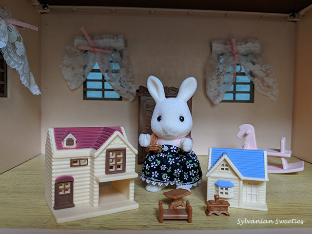 Calico Critters Susie Snow-Warren Doll Houses Set