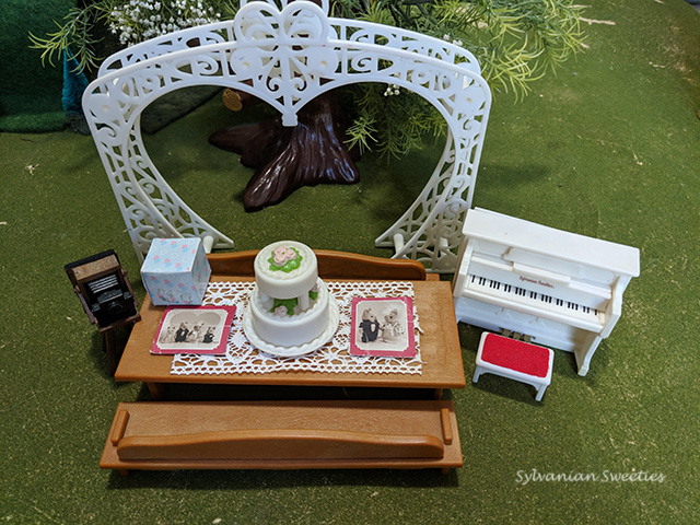 This Woodland Wedding Set is rare and came with the Solitaire Cat Family.  I don't have the figures but my other wedding couples enjoy these decorations!