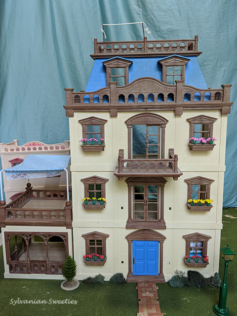 UK Tomy Grand Mansion. This is an awesome 4 story home with patio!